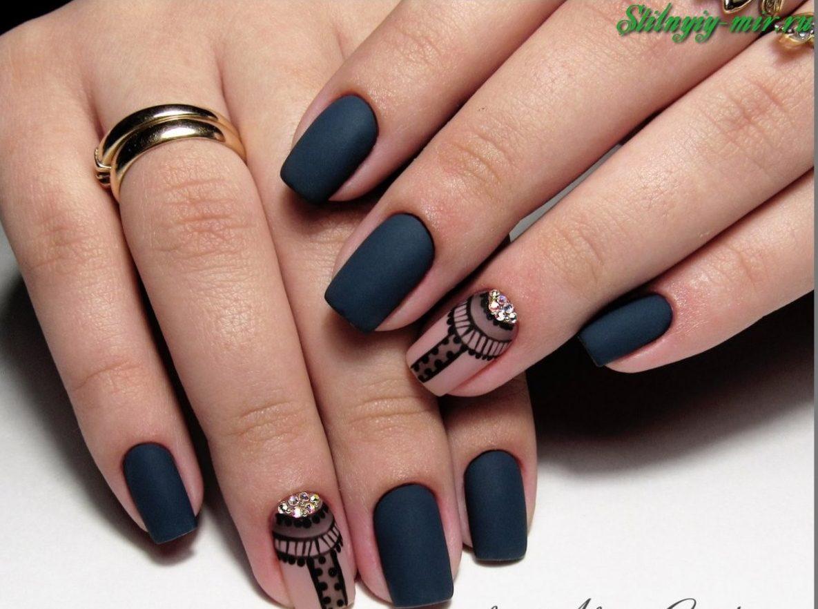 Матовые ногти с рисунком и стразами